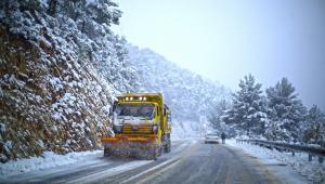 Kar yağışından etkilenen yollar ulaşıma açıldı