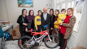 Başkan Soyer'den Ayşe Deniz'e bisiklet
