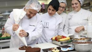 Kadınlar gününde pastalar Başkan Aktaş'tan