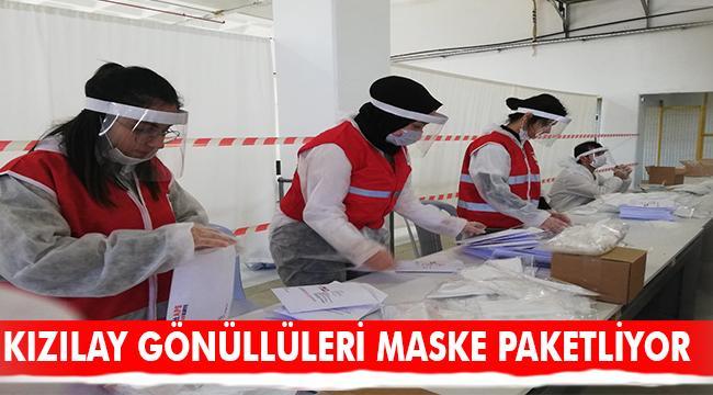 Kızılay gönüllüleri maske paketliyor