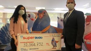 Süper Loto'dan 32 milyon 364 bin 752 TL büyük ikramiye kazanan talihli çekini teslim aldı