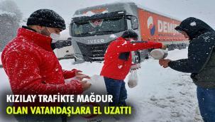 Kızılay kar yağışının kapattığı yollardaki vatandaşlara yardım ulaştırdı
