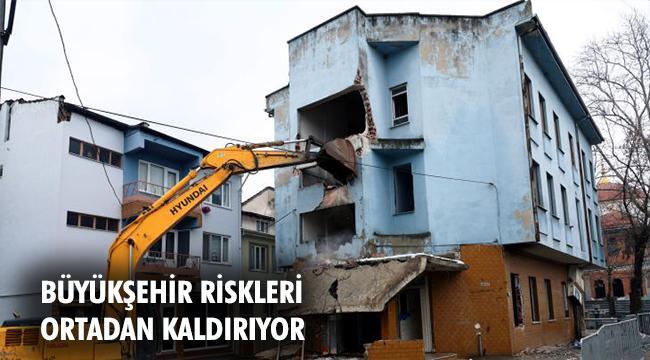 Yunuseli Mahallesi'ndeki 2 katlı binanın yıkım çalışmalarına başladı