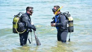 Dalgıçlar denizi, çevreciler sahili temizledi
