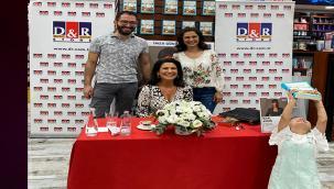 İclal Aydın'a D&R etkinliğinde hoş sürpriz